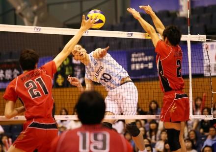 Jose Luis Gonzalez tests the Japan defense