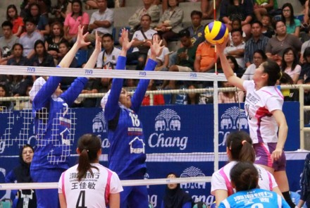 Tianjin's Li Ying tries to drop over the Iranian blockers at the wing