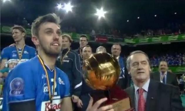 Tuerlinckx-raises-the-trophy