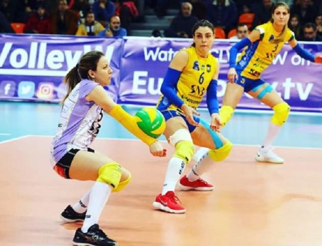 Zhana Todorova receives the ball