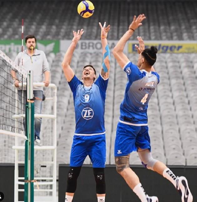 Dejan Vincic sets the ball