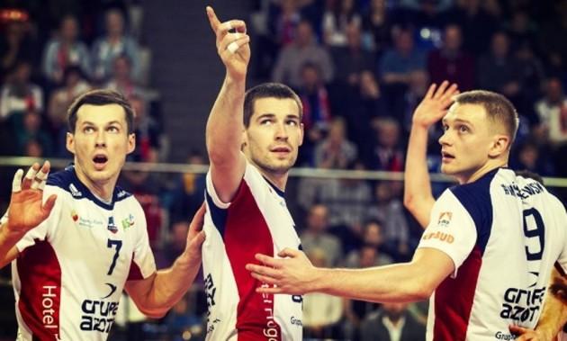 Dawid Konarski (in the middle)